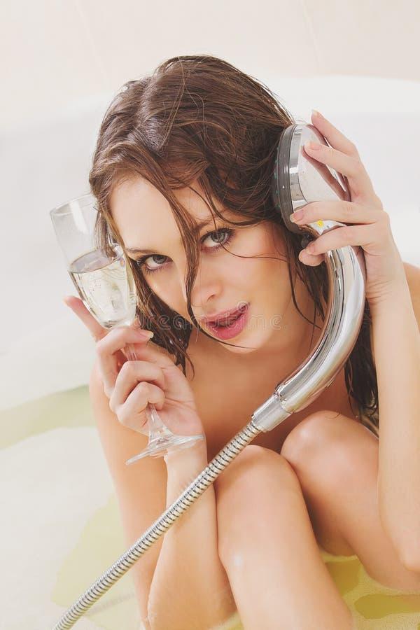 Kvinnan tycker om ett bad fotografering för bildbyråer