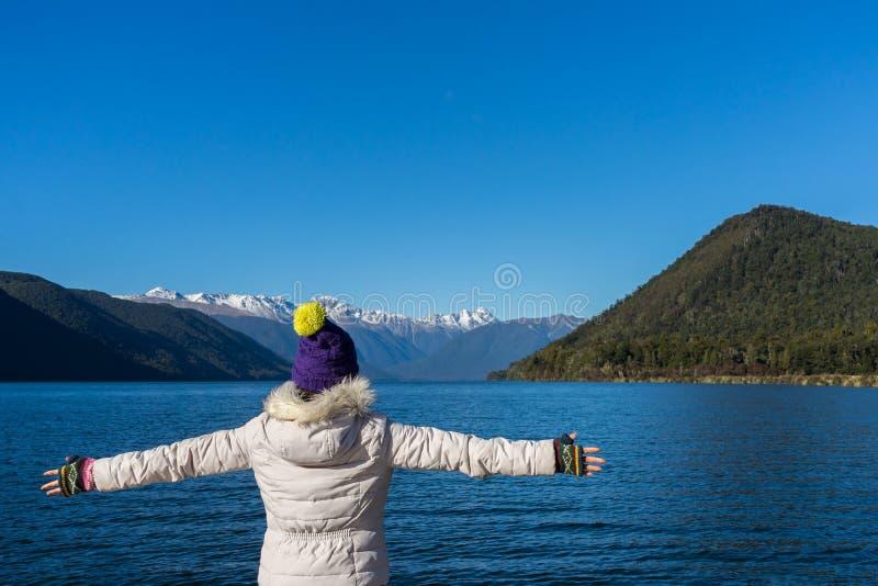 Kvinnan tycker om sikten av sjön Rotoroa i Nelson National Park arkivbilder