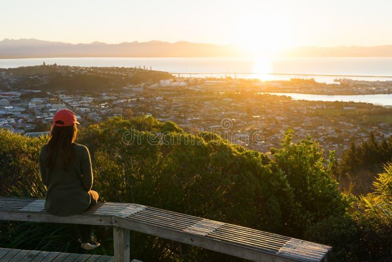 Kvinnan tycker om sikten från mitt av Nya Zeeland går royaltyfri foto