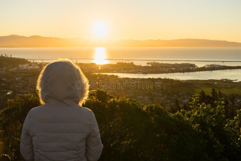 Kvinnan tycker om sikten från mitt av Nya Zeeland går royaltyfri fotografi