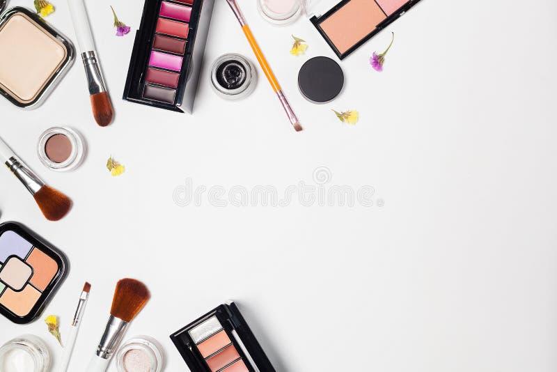 Kvinnan utgör produkter och tillbehör på vit bakgrund arkivfoto