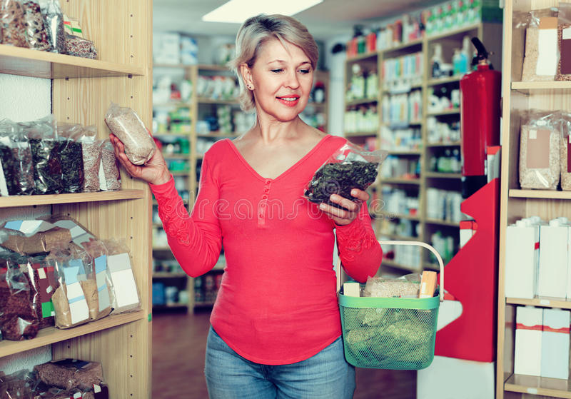 Kvinnan väljer sund organisk mat royaltyfria foton