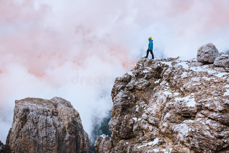 Kvinnan vaggar överst Dolomites, Sella Ronda arkivbild