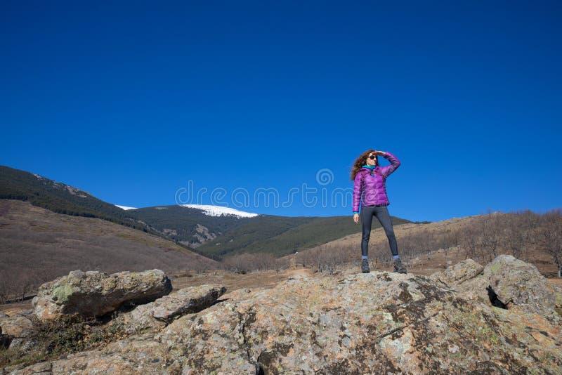 Kvinnan vaggar på att se in i avstånd i det Madrid berget fotografering för bildbyråer