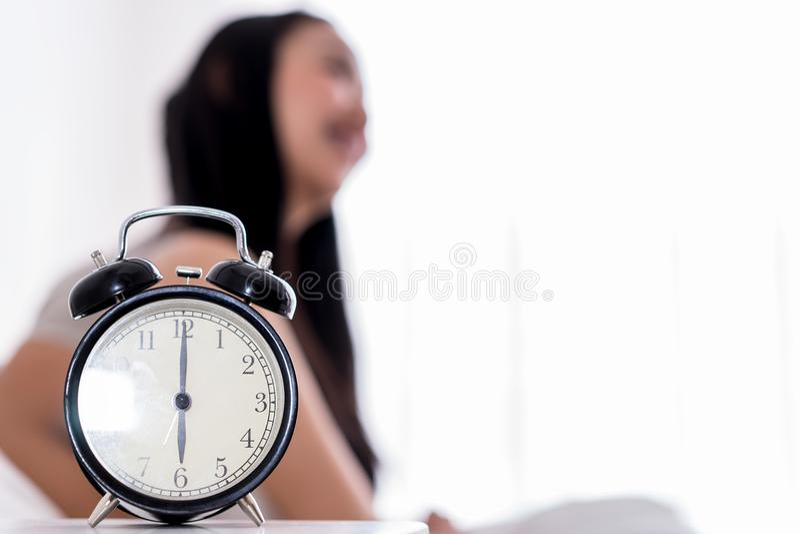 Kvinnan vaknade upp tidigt som ringklockashow på sex arkivbilder