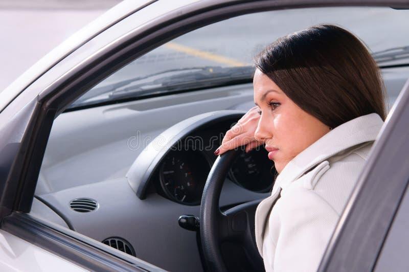 Kvinnan vilar i en bil fotografering för bildbyråer
