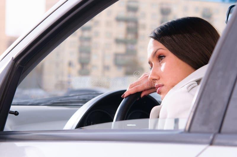 Kvinnan vilar i en bil royaltyfri foto