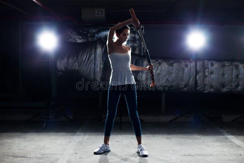Kvinnan visar övningskampsportkniven royaltyfri bild