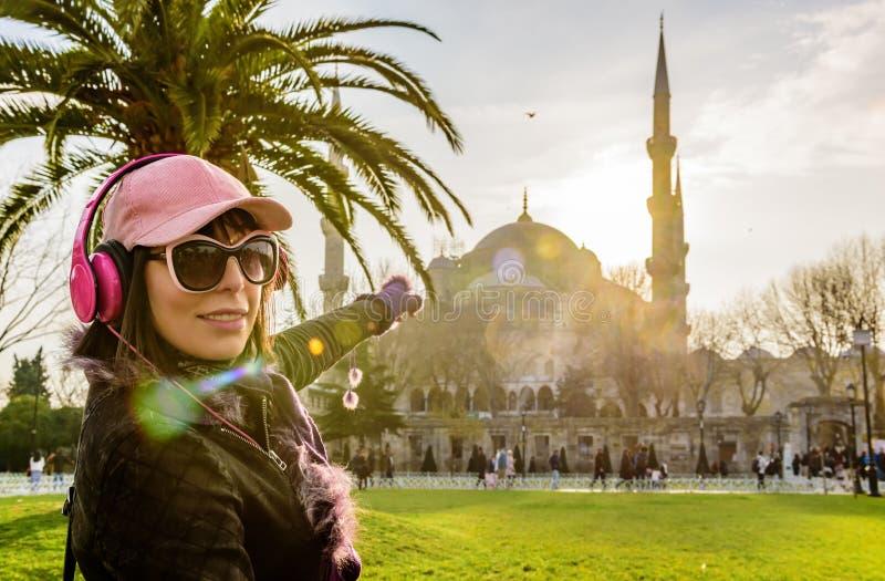 Kvinnan visar den Sultanahmet moskén i Istanbul, Turkiet royaltyfri fotografi