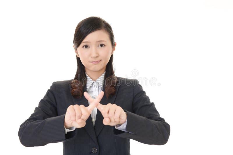 Kvinnan visar tecknet av förbud arkivbild