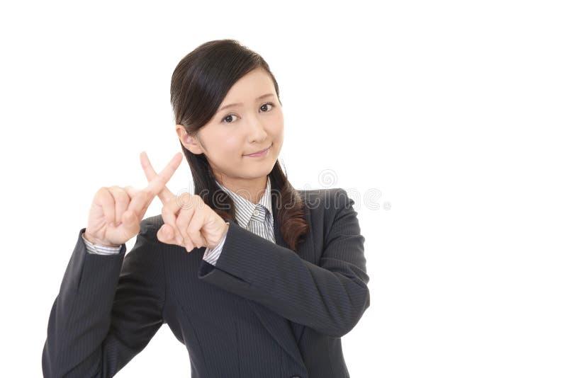 Kvinnan visar tecknet av förbud royaltyfri foto