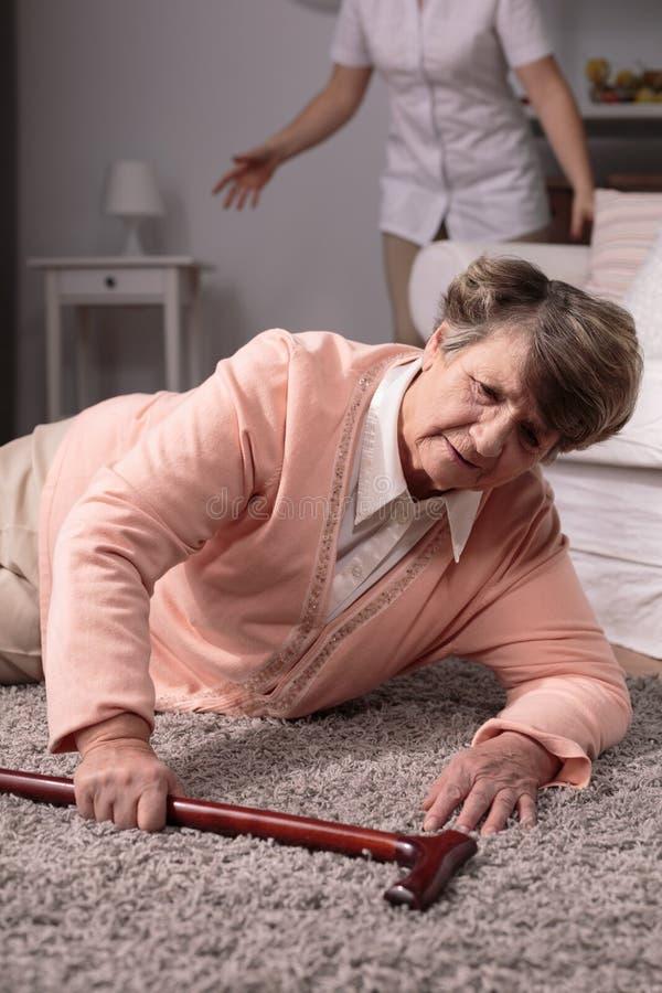 Kvinnanedgång på golv royaltyfria bilder