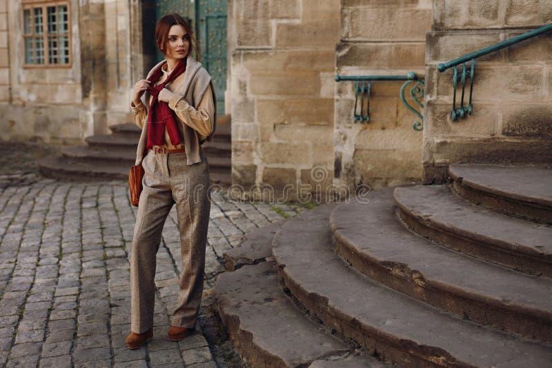Kvinnanedgångmode Flickamodell In Fashionable Clothing utomhus royaltyfria bilder
