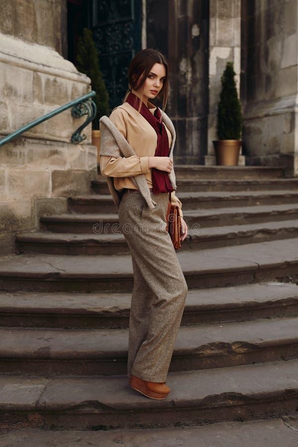 Kvinnanedgångmode Flickamodell In Fashionable Clothing utomhus royaltyfri foto