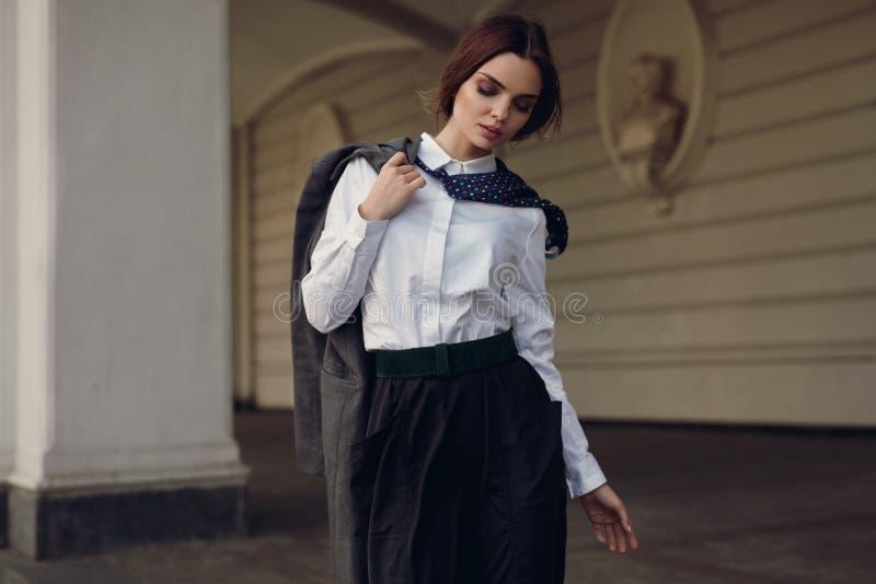 Kvinnanedgångmode Härlig modell In Fashion Clothes i gata arkivbilder