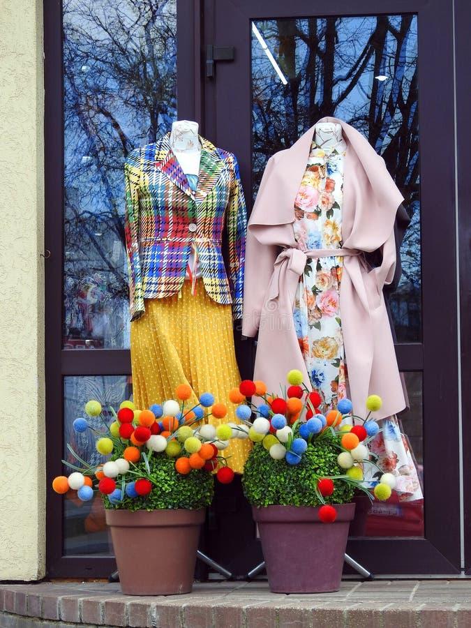 Kvinnans kläder nära shoppar dörren, Lettland arkivfoton