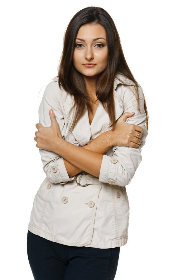 Kvinnaomfamning hon själv och darrning med förkylning arkivfoton
