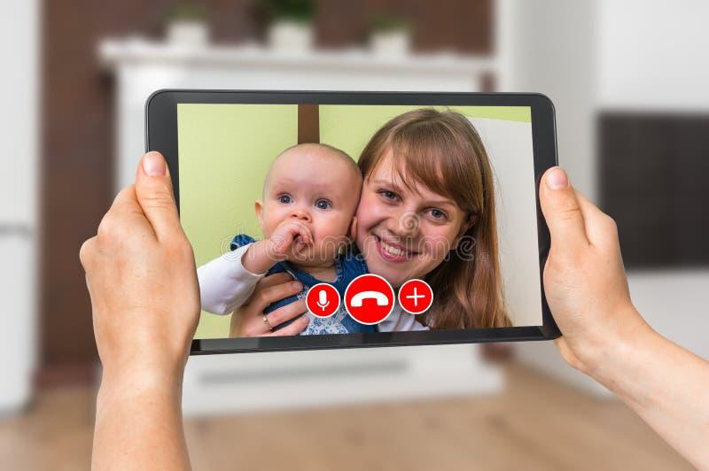 Kvinnaonline-samtal med hennes vän - video appell royaltyfri bild