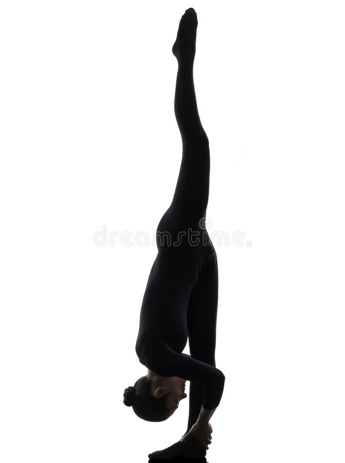 Kvinnaormmänniska som övar gymnastisk yoga   kontur arkivbilder