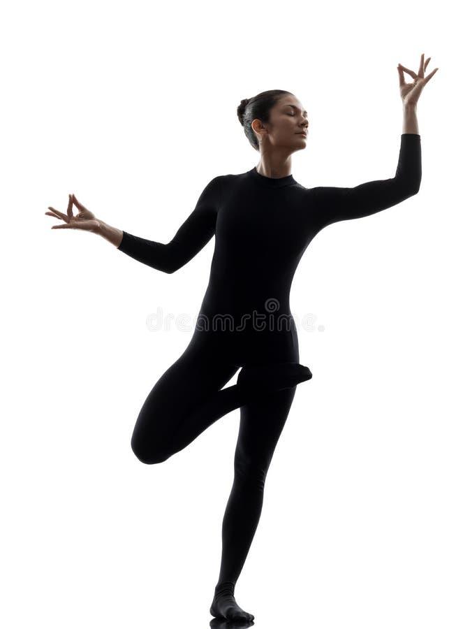 Kvinnaormmänniska som övar gymnastisk yoga  kontur fotografering för bildbyråer