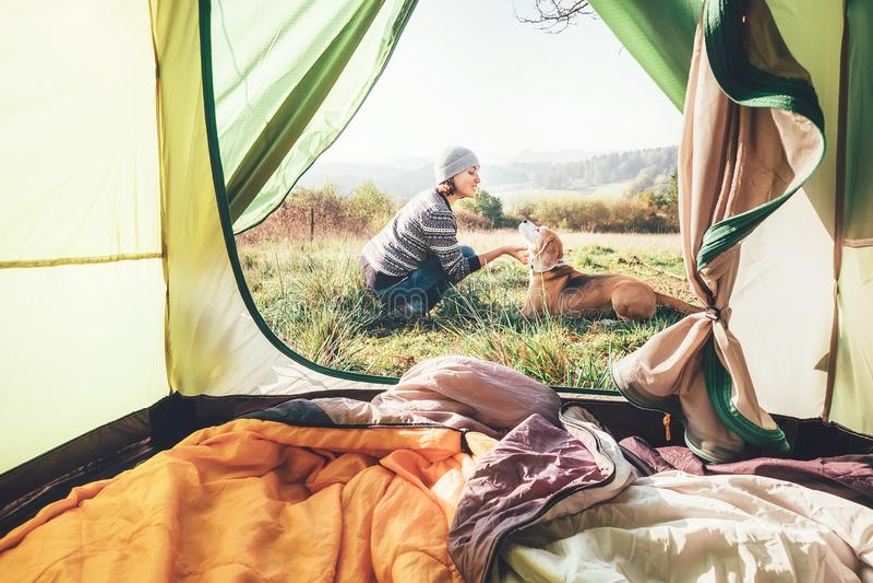 Kvinnapand hennes hundanbudplats nära det campa tältet Aktiv fritid som reser med husdjurbegreppsbild arkivfoto