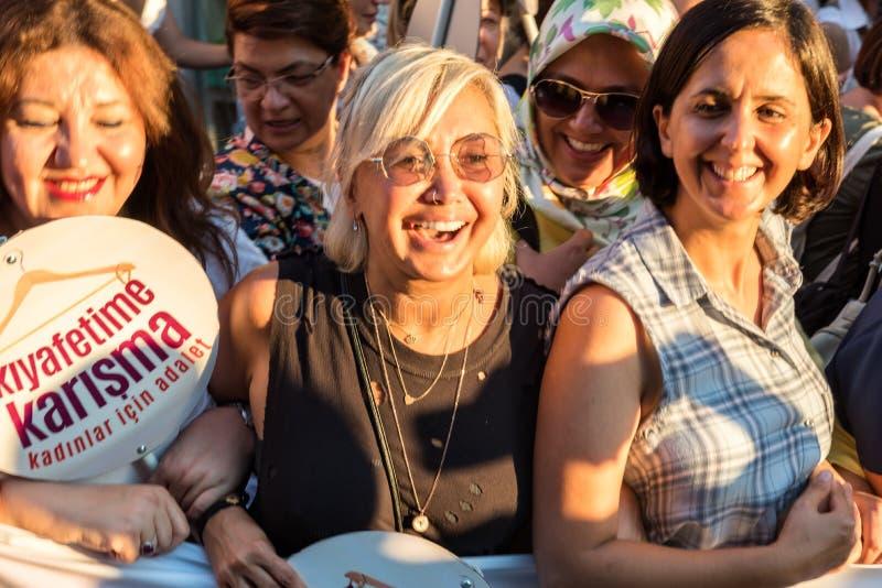 Kvinnapersoner som protesterar samlar i kadikoy, Istanbul, Turkiet royaltyfri bild