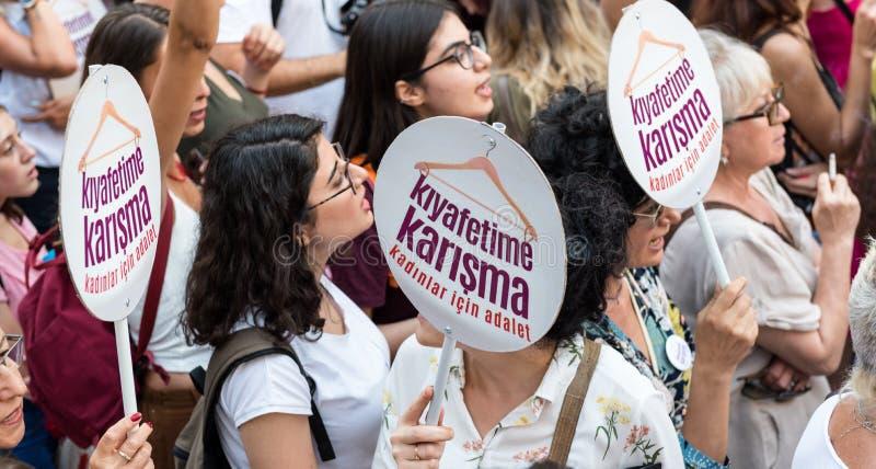 Kvinnapersoner som protesterar samlar i kadikoy, Istanbul, Turkiet royaltyfria bilder