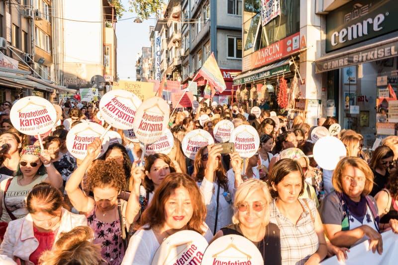 Kvinnapersoner som protesterar samlar i kadikoy, Istanbul, Turkiet royaltyfria foton
