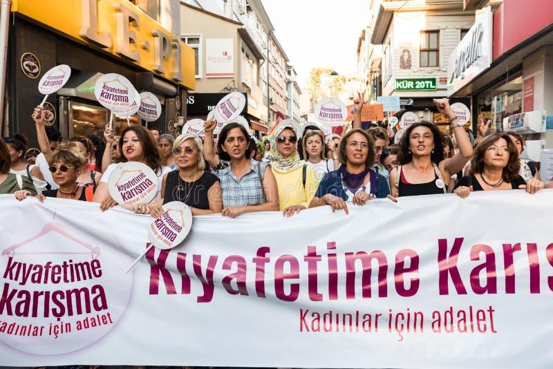 Kvinnapersoner som protesterar samlar i kadikoy, Istanbul, Turkiet royaltyfri fotografi