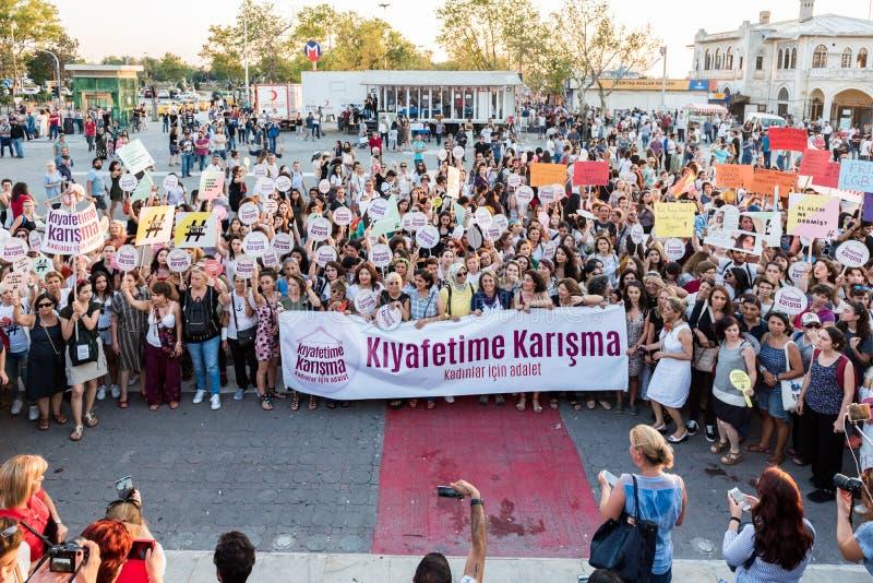 Kvinnapersoner som protesterar samlar i kadikoy, Istanbul, Turkiet arkivbilder