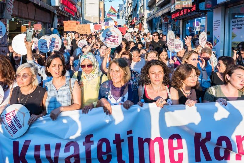 Kvinnapersoner som protesterar samlar i kadikoy, Istanbul, Turkiet arkivbild