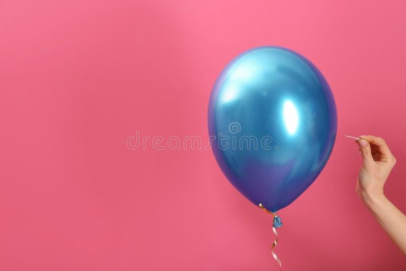 Kvinnapiercingballong med visaren på färgbakgrund, closeup royaltyfri fotografi