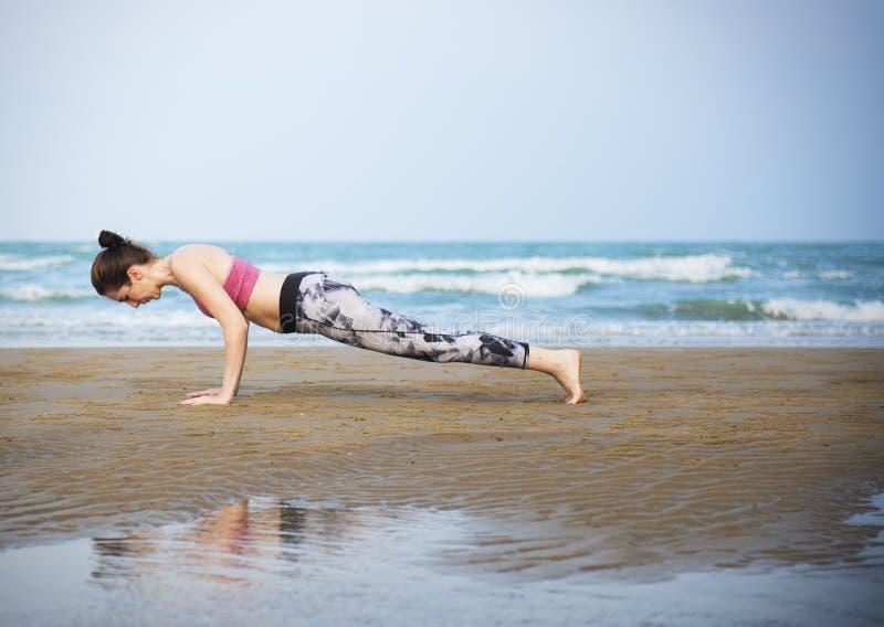Kvinnaplank som sträcker Flex Training Healthy Lifestyle Beach royaltyfria foton