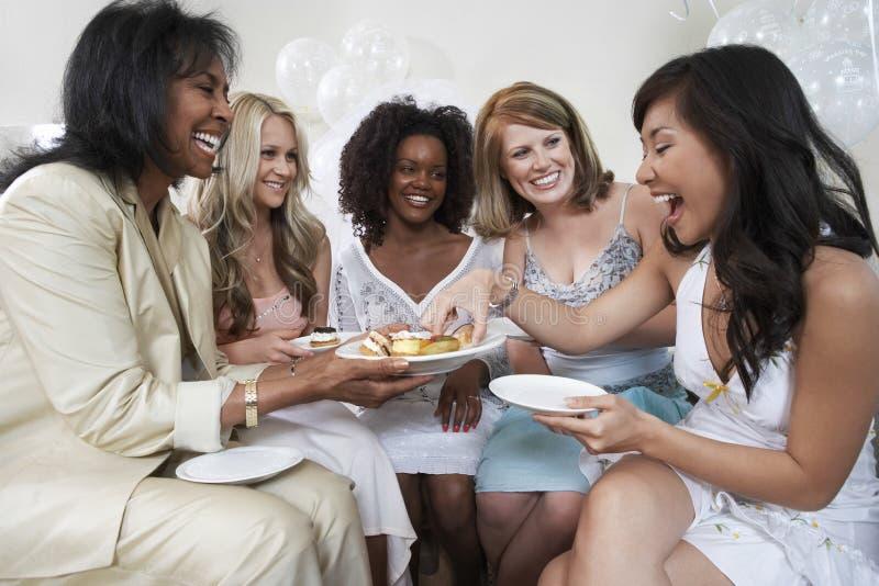 Kvinnaportionefterrätt till kvinnliga gäster på den brud- duschen arkivbild