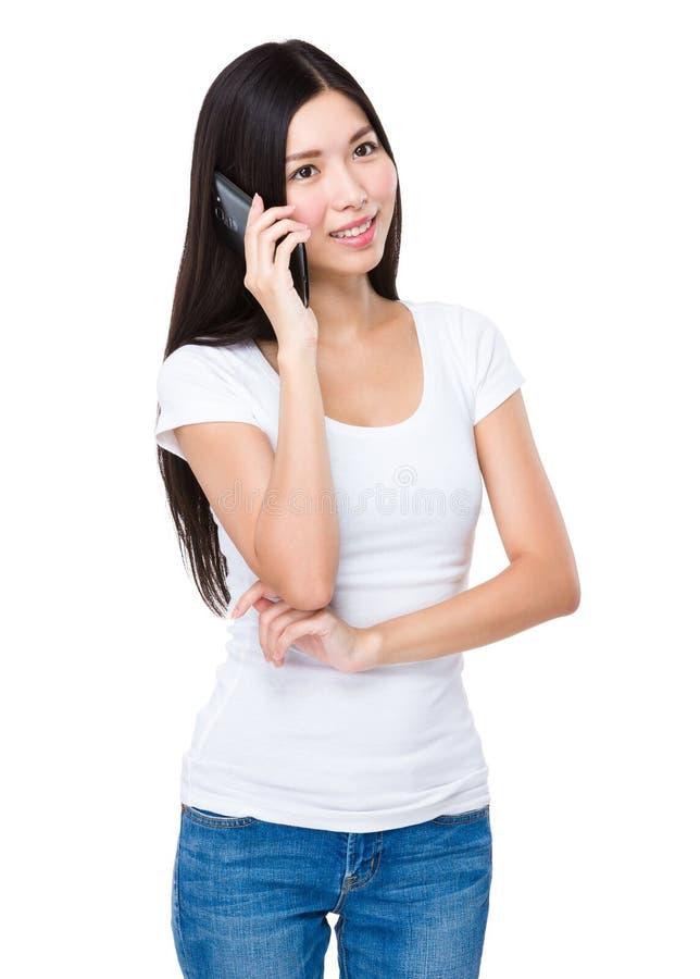 Kvinnapratstund på mobiltelefonen royaltyfri foto
