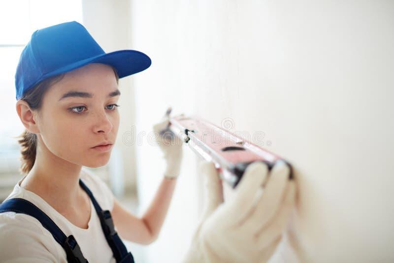 Kvinnaprofessionell i konstruktion fotografering för bildbyråer
