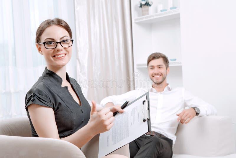 Kvinnapsykolog på hennes kabinett arkivbild