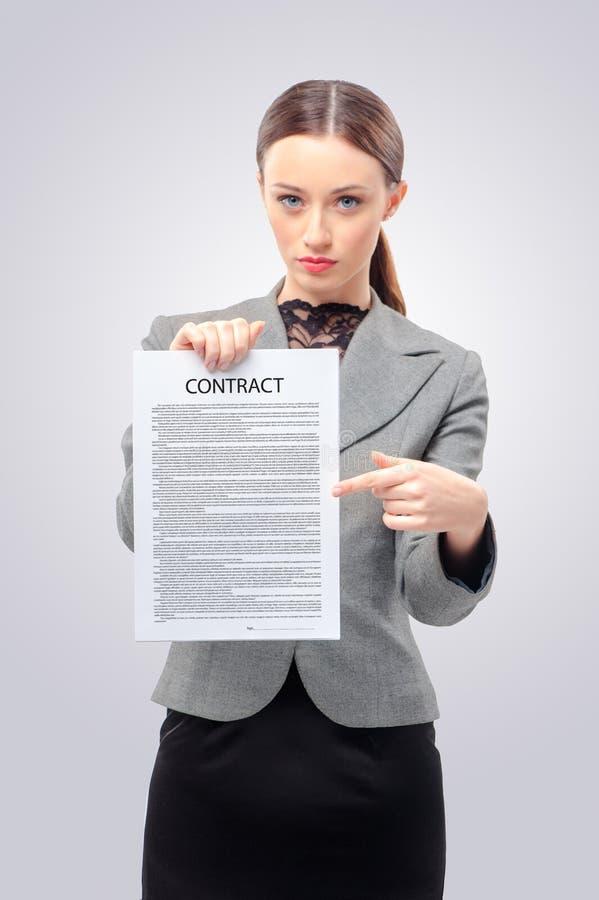 Kvinnapunkter med handen på copyspacen arkivfoto