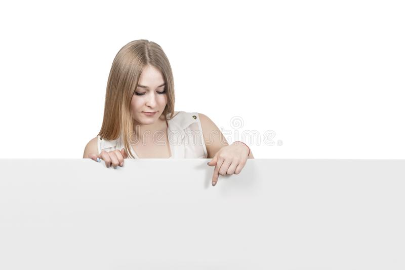 Kvinnapunkter ner till ett tomt bräde royaltyfria bilder