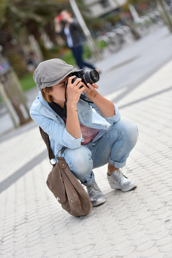 Kvinnareporter som tar foto i stad royaltyfri fotografi