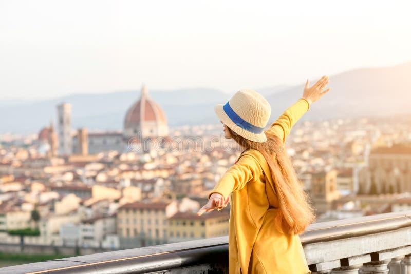 Kvinnaresande i den Florence staden royaltyfri bild