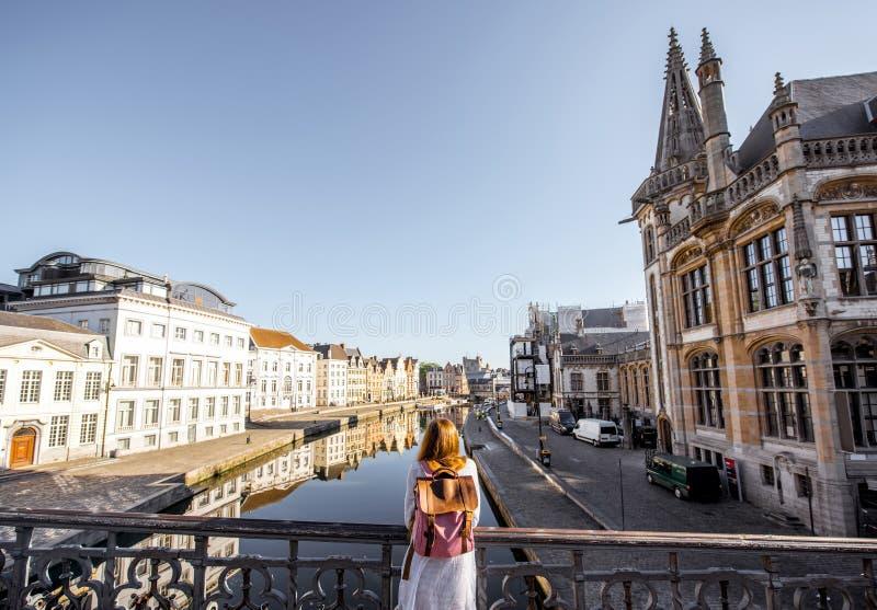 Kvinnaresande i den gamla staden för herre, Belgien royaltyfri foto