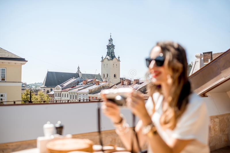 Kvinnaresande i den Lviv staden royaltyfria foton