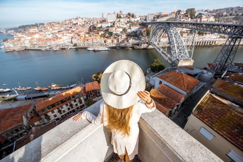 Kvinnaresande i den Porto staden royaltyfria bilder