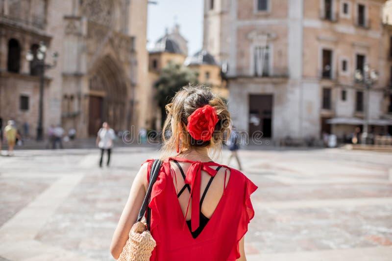 Kvinnaresande i den Valencia staden arkivfoton