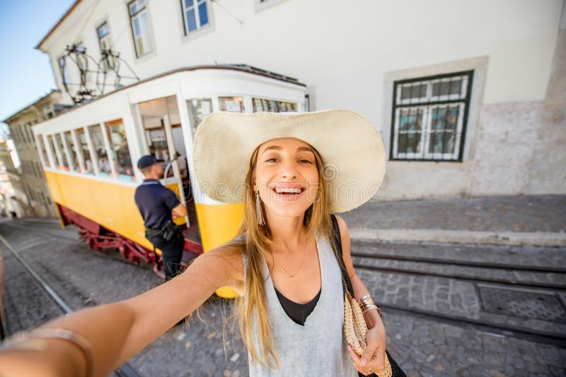 Kvinnaresande i Lissabon, Portugal arkivfoto
