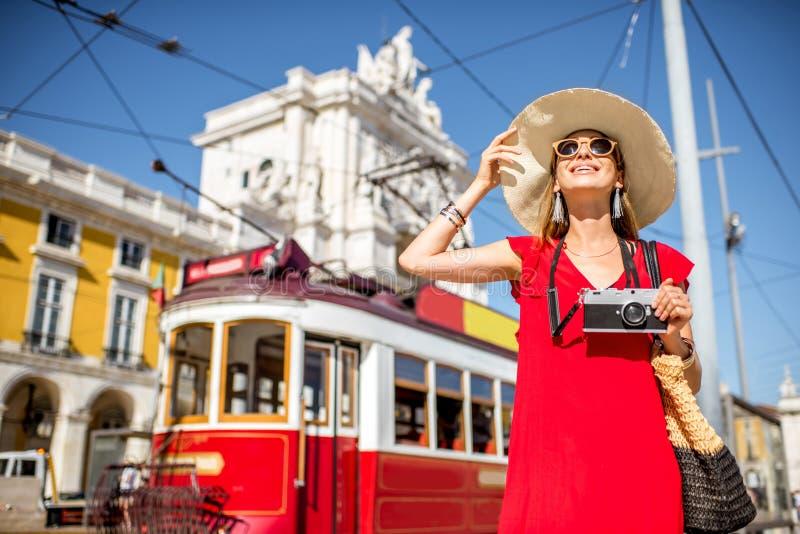Kvinnaresande i Lissabon, Portugal royaltyfria bilder