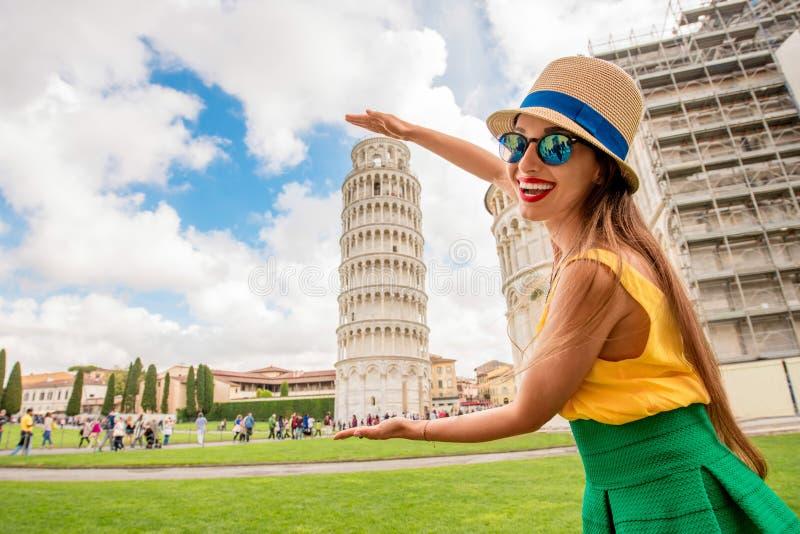Kvinnaresande i Pisa den gamla staden royaltyfri bild