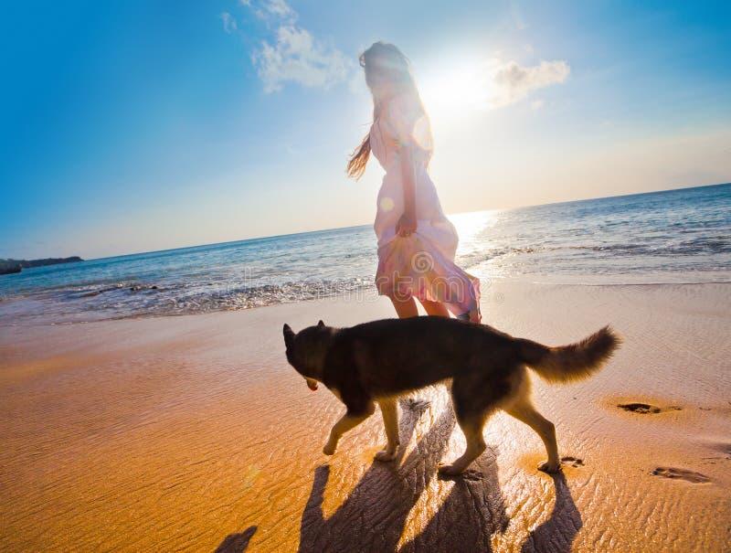 Kvinnaresande med hunden arkivbild