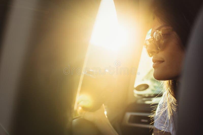Kvinnaresande vid en bil arkivfoton